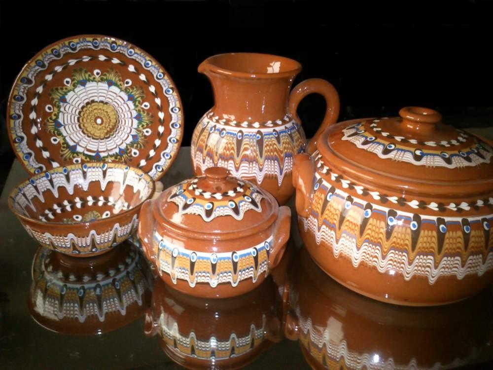 Купувам Керамични съдове в традиционна цветова гама