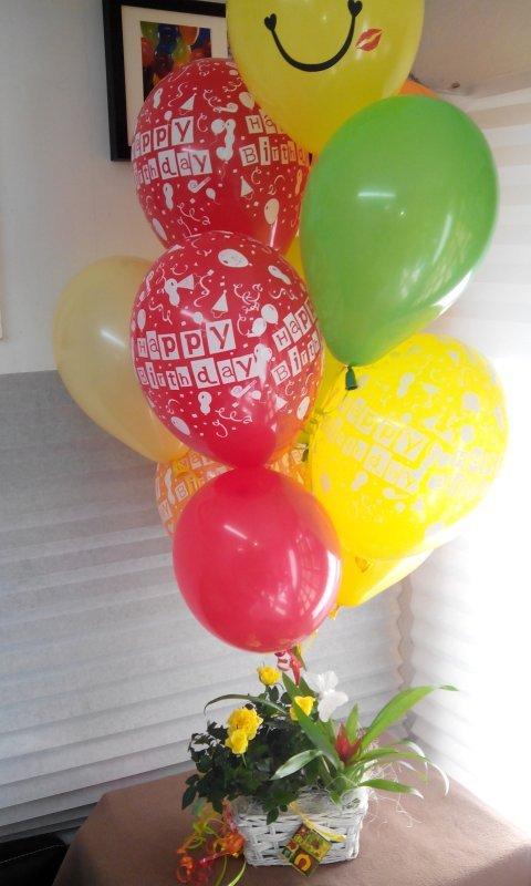 Купувам Кошничка с цветя и балони с хелий