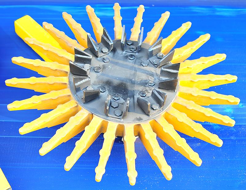 Гъвкави полимерни и стоманени пръсти за машинно отстраняване на плевели в леглата на растенията
