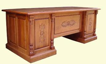 Бюро с ренесеансови орнаменти