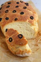 Хляб със салам, кашкавал и маслини
