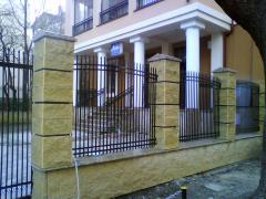 Изработка и монтаж на ограда от жълт сплит и шапки