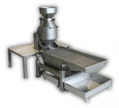 Slicing machine for nuts