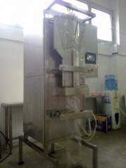 Машина за пакетиране на прясно мляко в пликове до