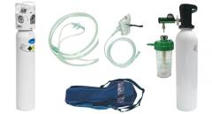 Леки малки бутилки с медицински кислород и консумативи. Medical Oxygen Therapy Set