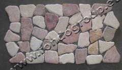 Настилка от плоски камъни в червено и бяло